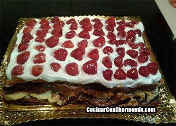 Hojaldre-relleno-de-crema-y-chocolate-y-cubierto-de-merengue-con-frambuesas